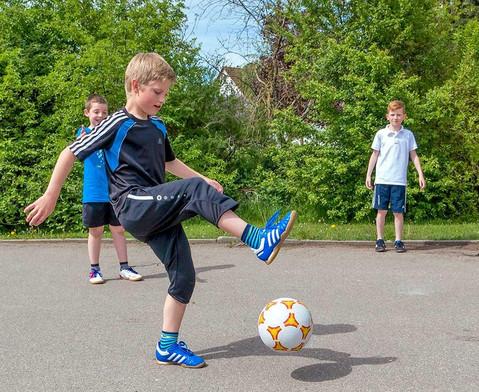 Schulhof-Fussball gelb-3