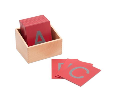 Fuehl-Grossbuchstaben im Holzkasten