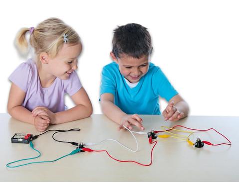 Anja und Leon experimentieren mit Elektrizitaet-2