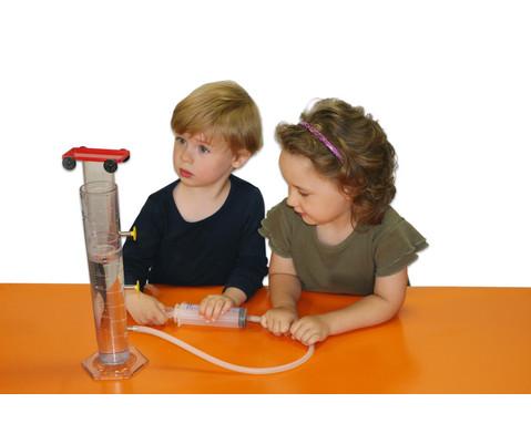 Anja und Leon experimentieren mit Wasser und Luft-2